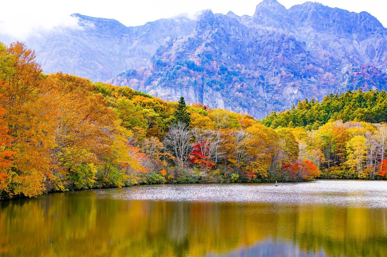 日本 戸隠 紅葉 鏡池 山 長野県 信州 長野 湖面 自然 風景 広葉樹林