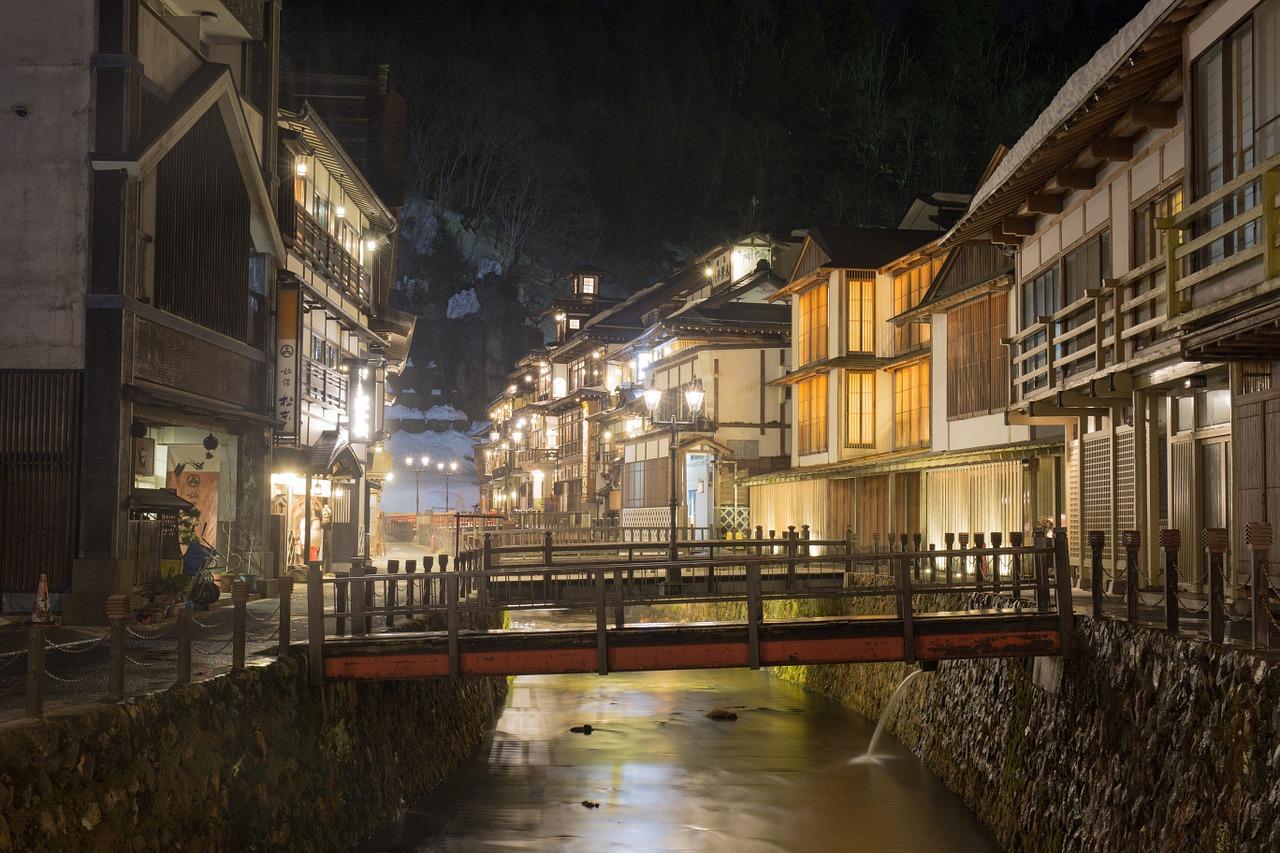 日本 温泉 旅館 山形 銀山 冬 明かり 夜景 建物 古い 宿 橋 昭和 雪 旅行