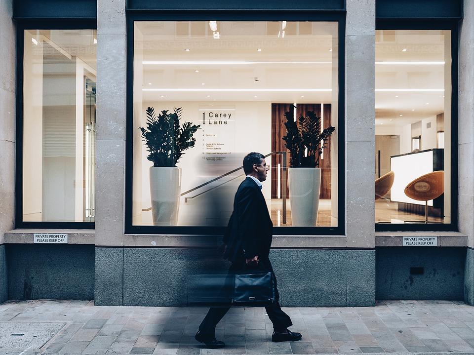 男 徒歩 ガラス ウィンドウ バッグ ショップ 花瓶 植物 ライト 椅子