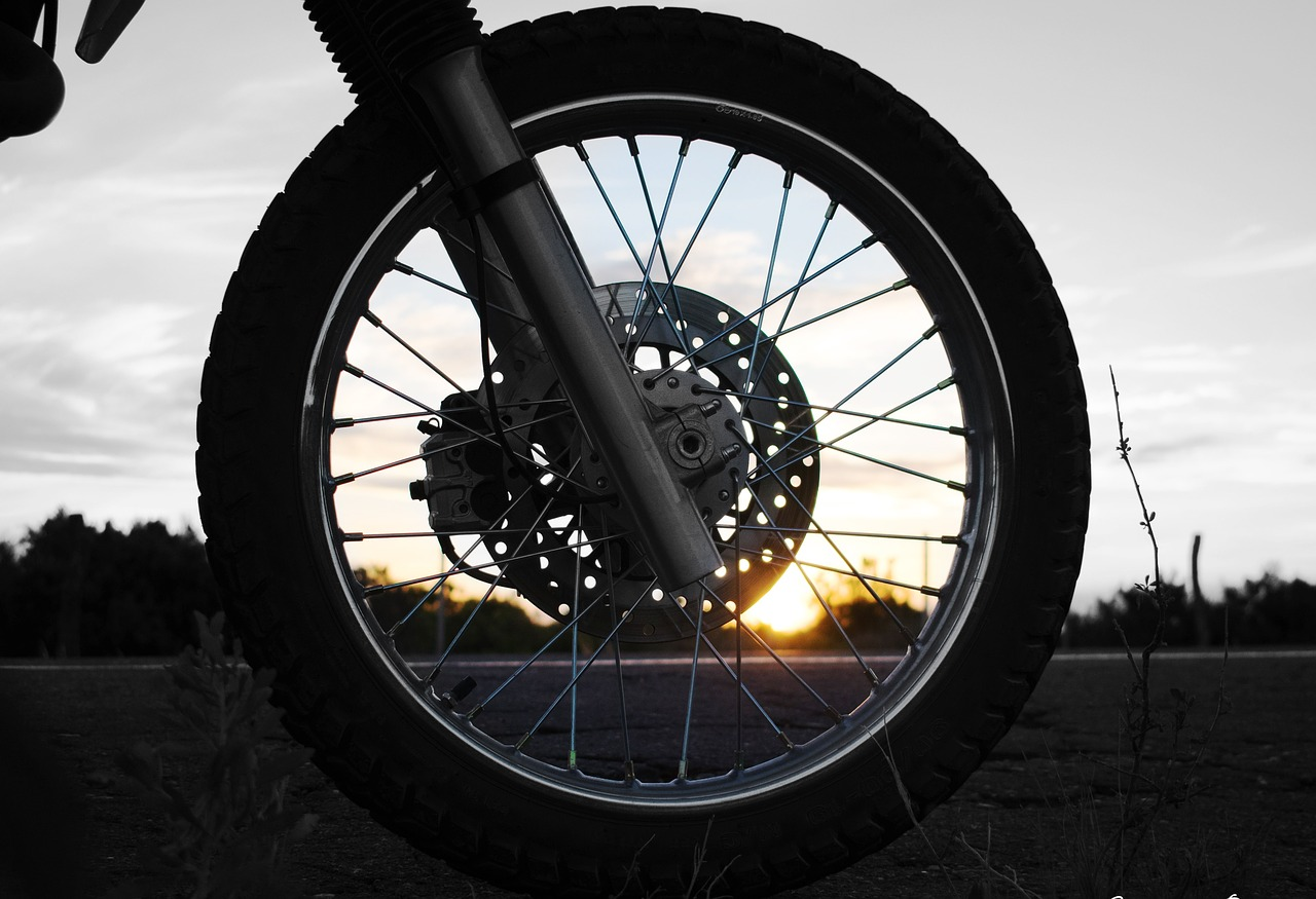 ホイール トランスポート オートバイ 車両 タイヤ ブレーキ 鋼 リム 日没