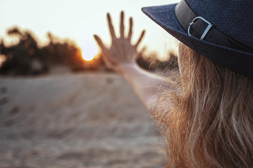 太陽 5 夜明け 日没 女の子 手 帽子 砂 ビーチ 木 ブロンドの 朝