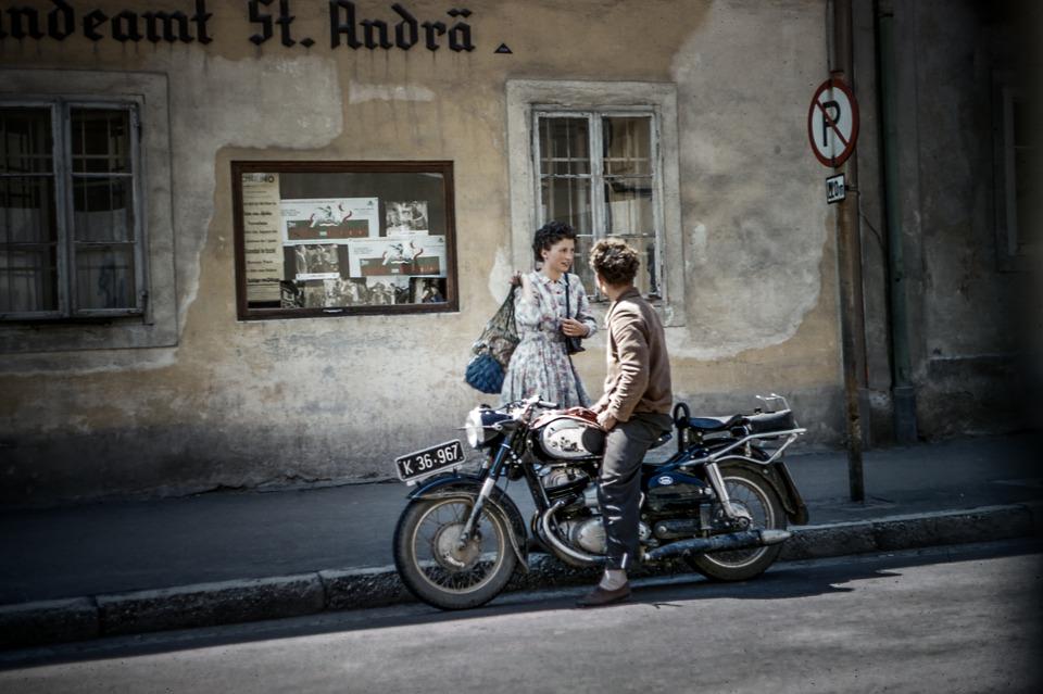 人 男 女性 オートバイ 道路 古い 建物 ストア ショップ 通り